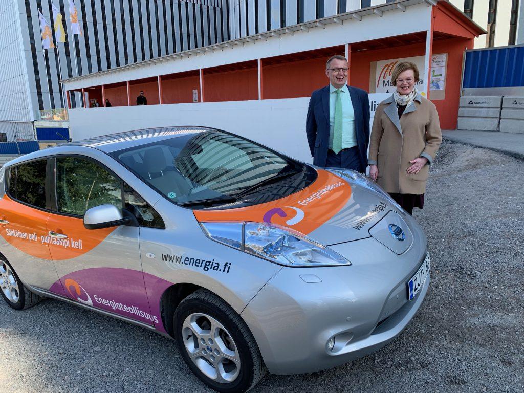 kuvassa-energiateollisuuden-toimitusjohtaja-jukka-leskela-yhdessa-metropolian-tki-toiminnan-johtajan-anna-maria-vilkunan-kanssa